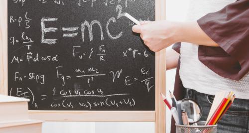 Physische Formel auf einer Tafel