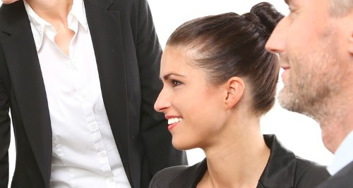 Lächelnde Frau im Business-Look